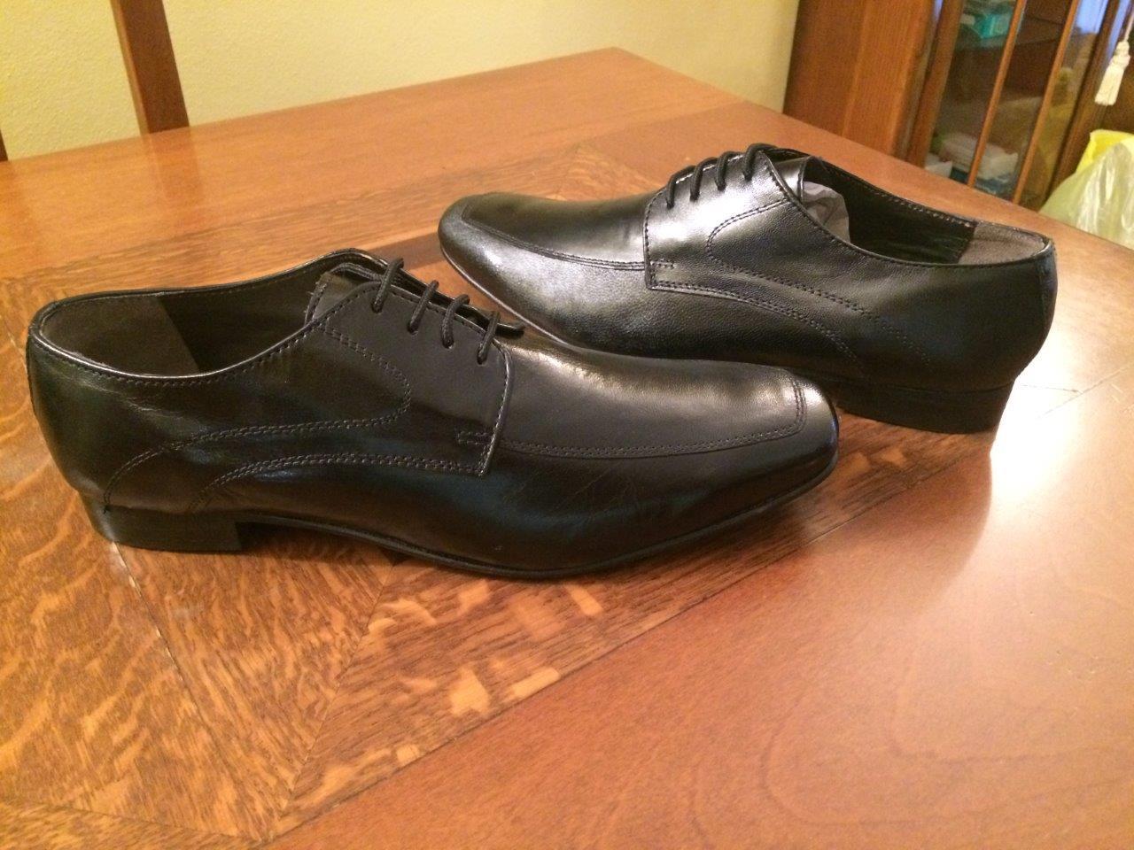 Chaussure en cuir noir très souple, à lacet.